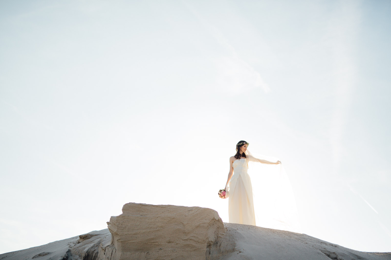 Braut im Gegenlicht auf einer Sanddüne