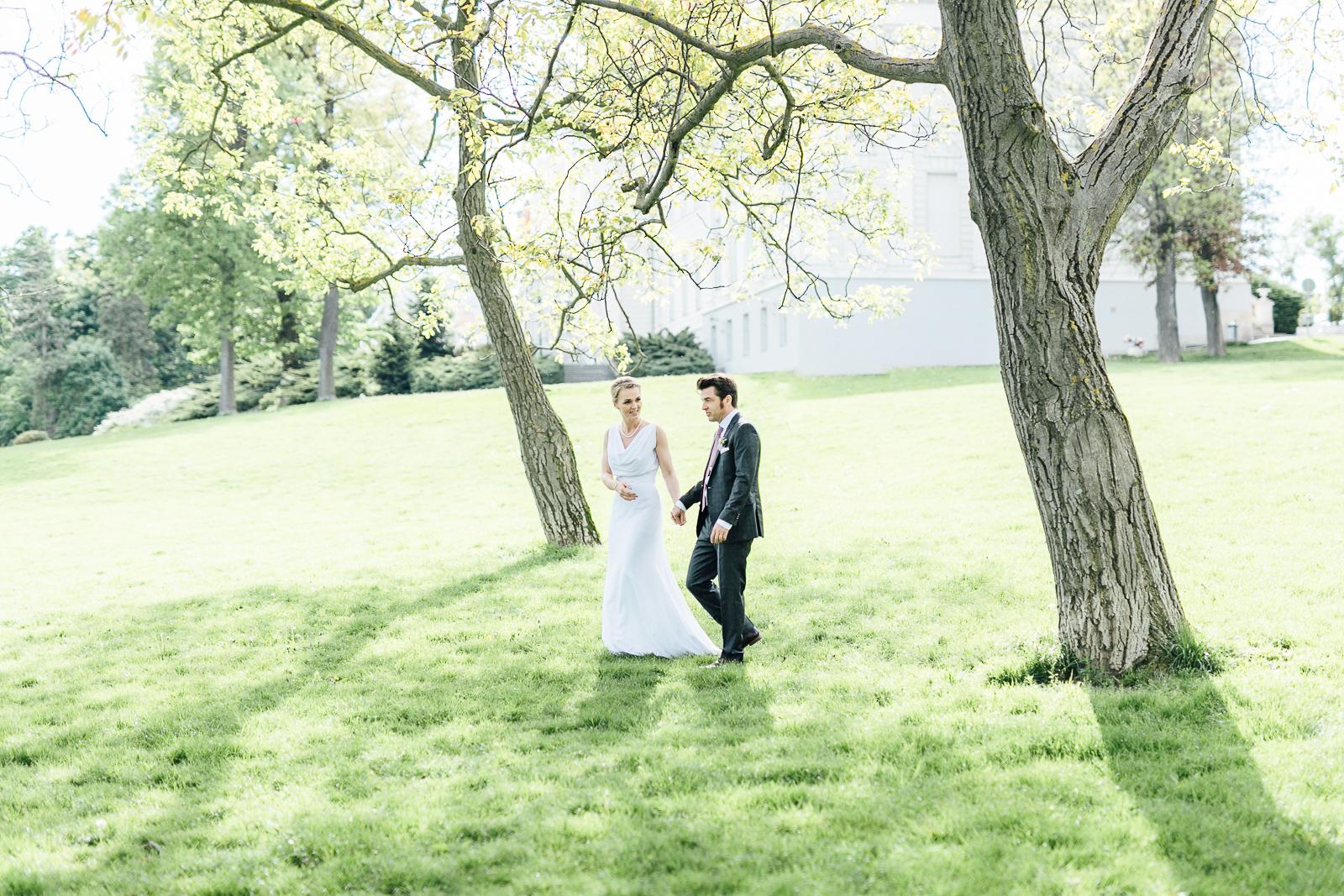 Brautpaar auf der Wiese vor Schloss Wilhelminenberg
