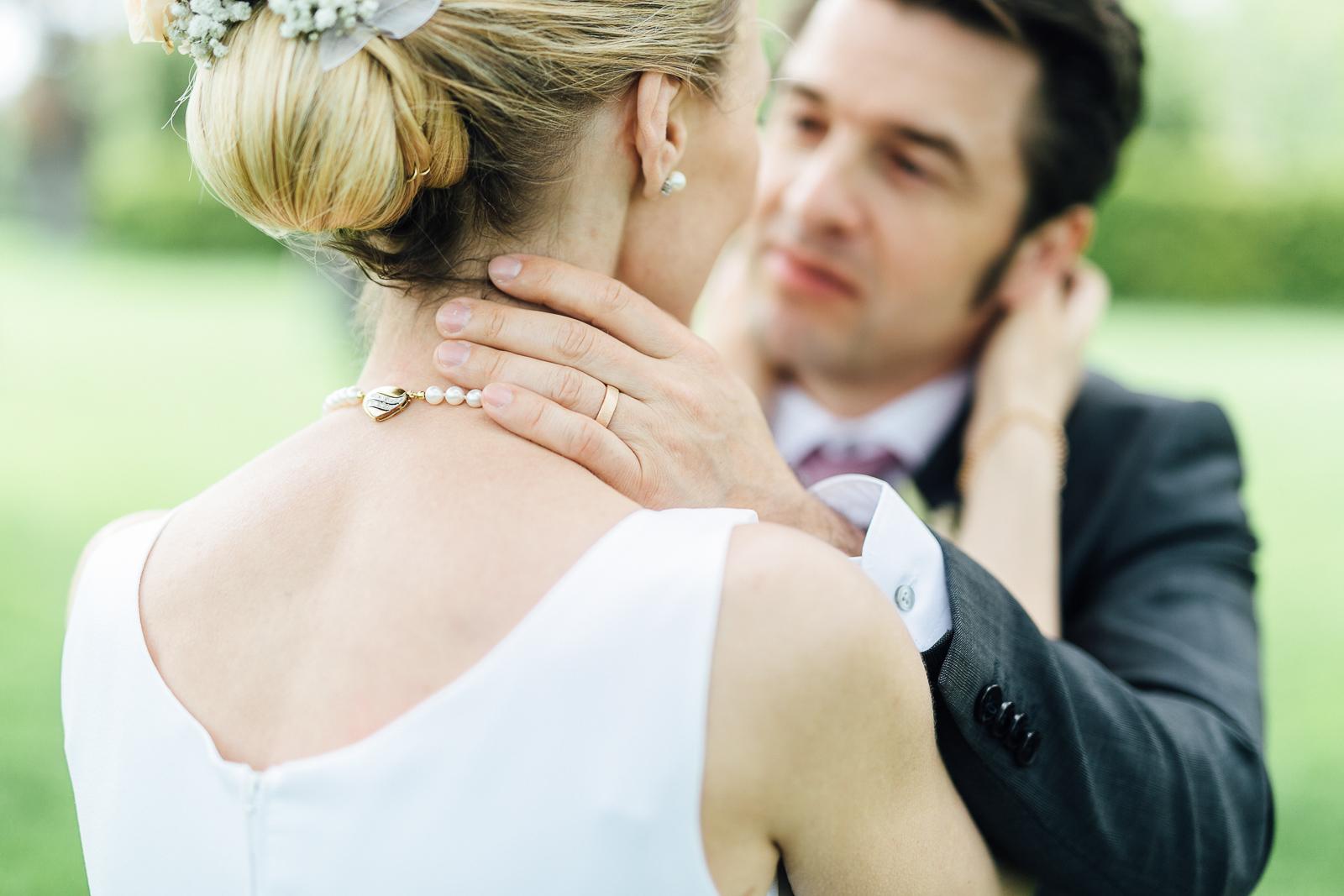 Brautpaar in inniger Pose am Hochzeitstag in Wien
