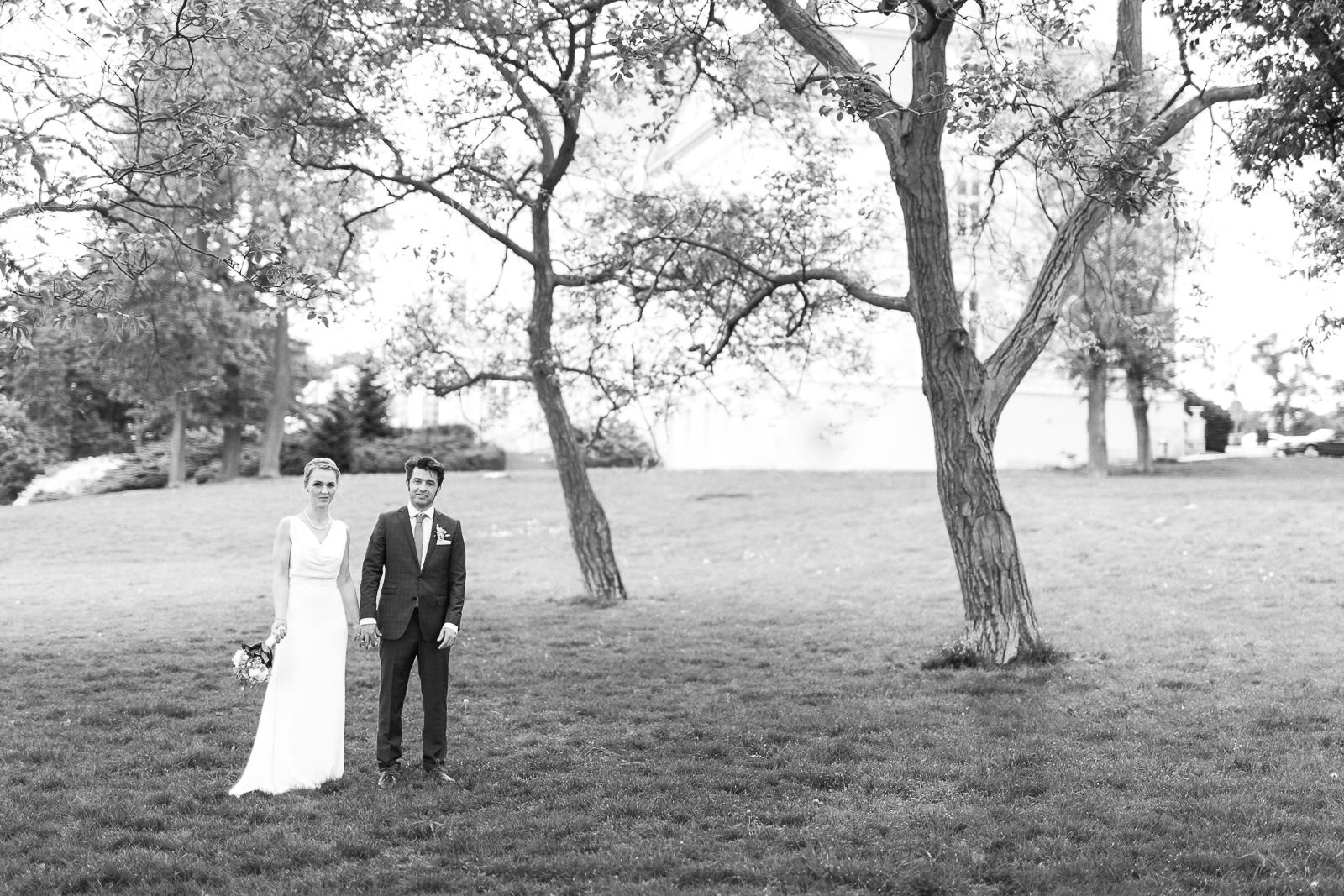 Brautpaar auf der Wiese vor Schloss Wilhelminenberg Wien