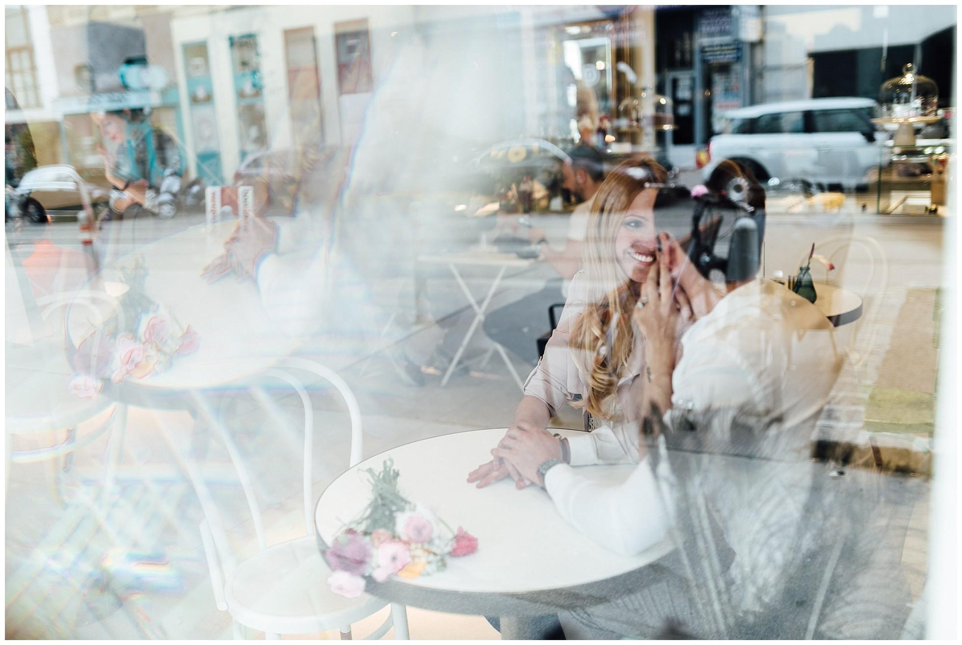 Verliebtes Paar beim Paarshooting in einem Wiener Café