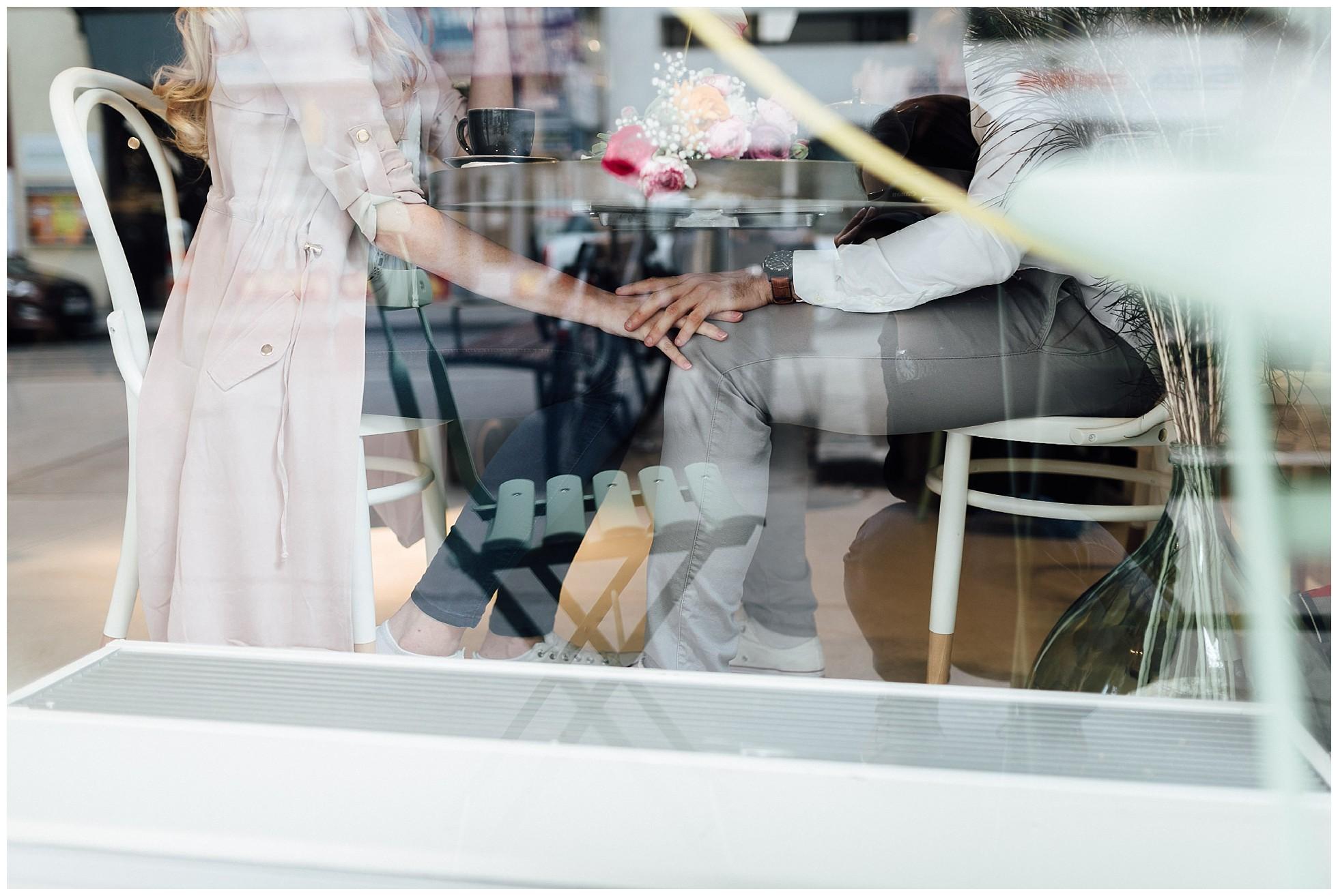 Pärchen im Café in Wien durch eine Scheibe fotografiert