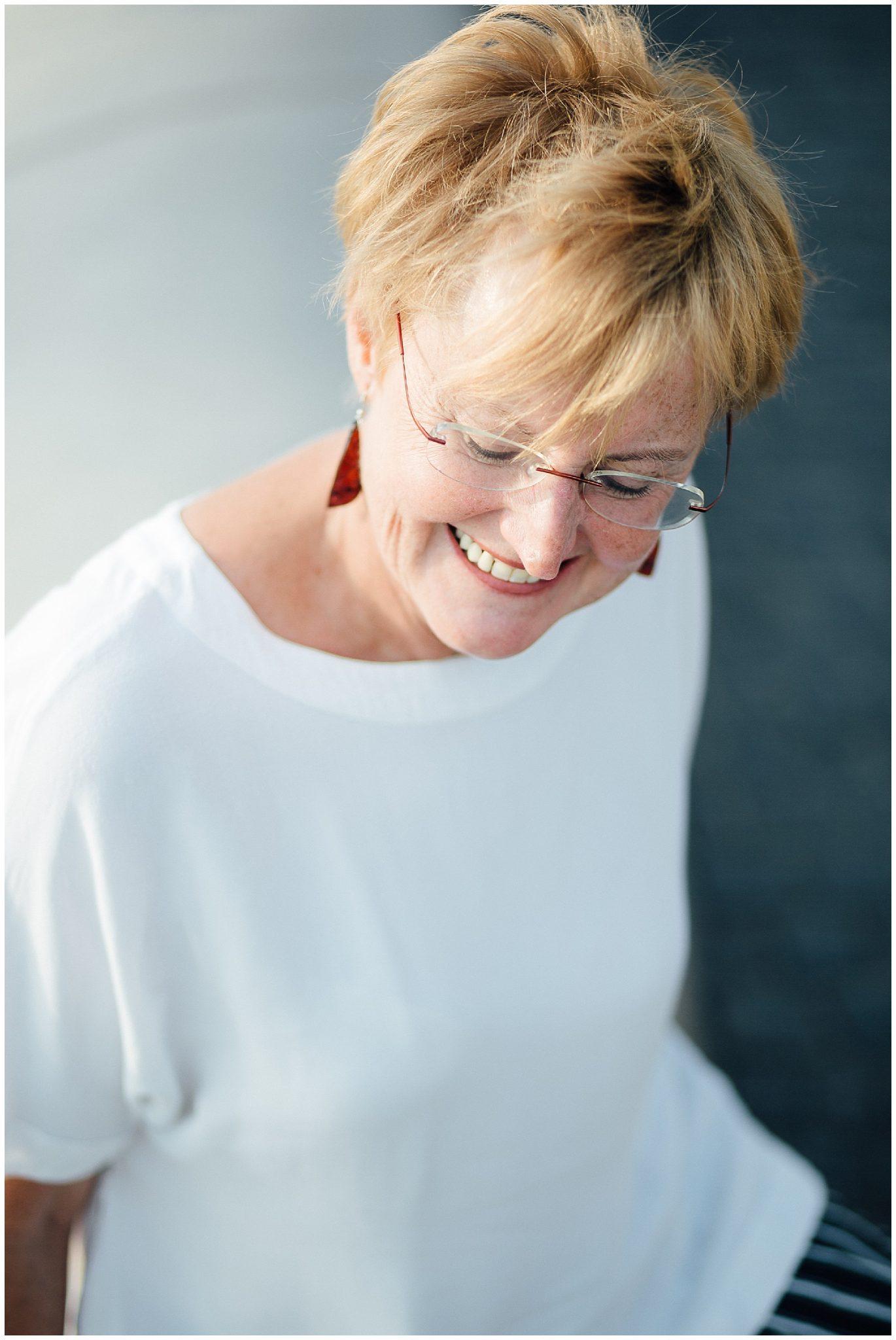 Portraitfoto einer lächelnden reiferen Dame
