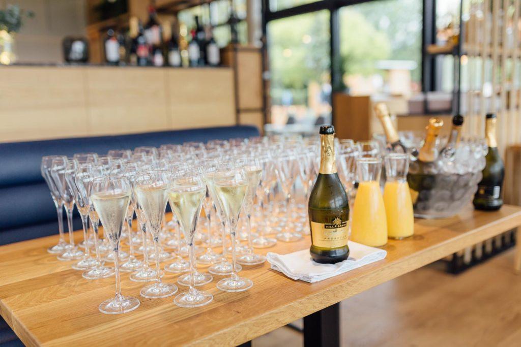 Flaschen und Gläser zum Empfang einer Taufgesellschaft