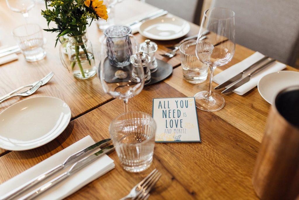 Gedeckter Tisch für eine Tauffeier
