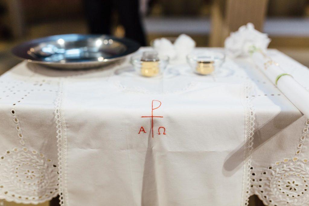 Taufinsignien auf einem Altar