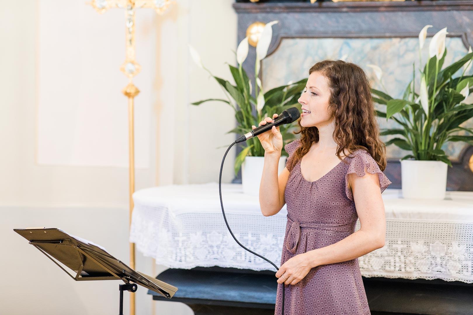 Sängerin in einer Kirche bei einer Tauffeier