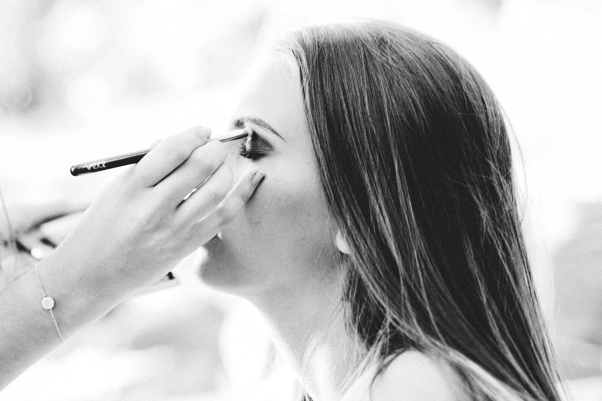 Nahaufnahme einer Frau, die geschminkt wird.
