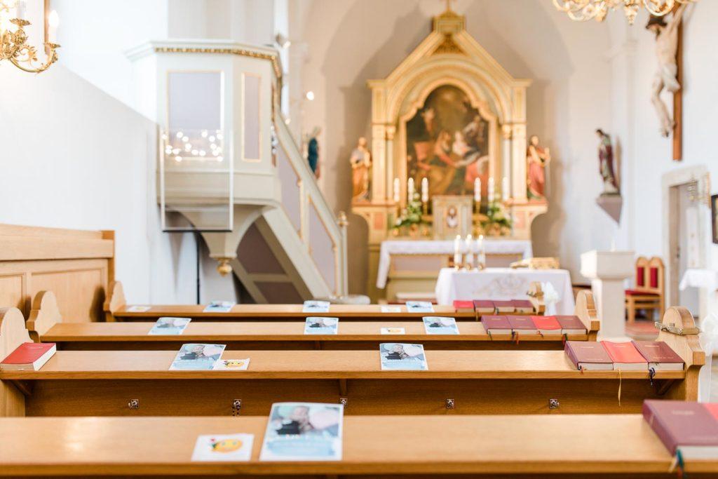 Taufbilder in einer Kirche