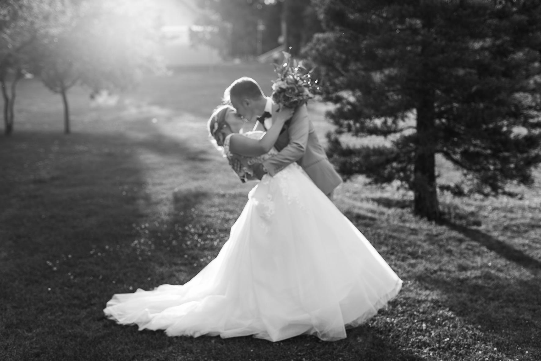 Unscharfes schwarz-weiß Bild eines sich küssenden Brautpaares