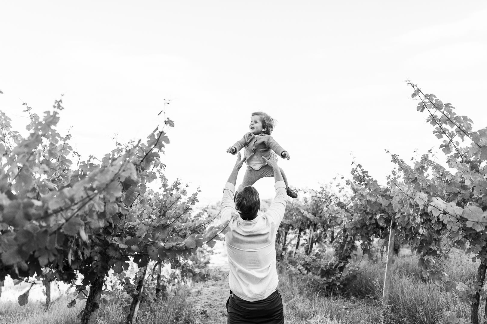 Ein Vater wirft sein Kind in die Luft