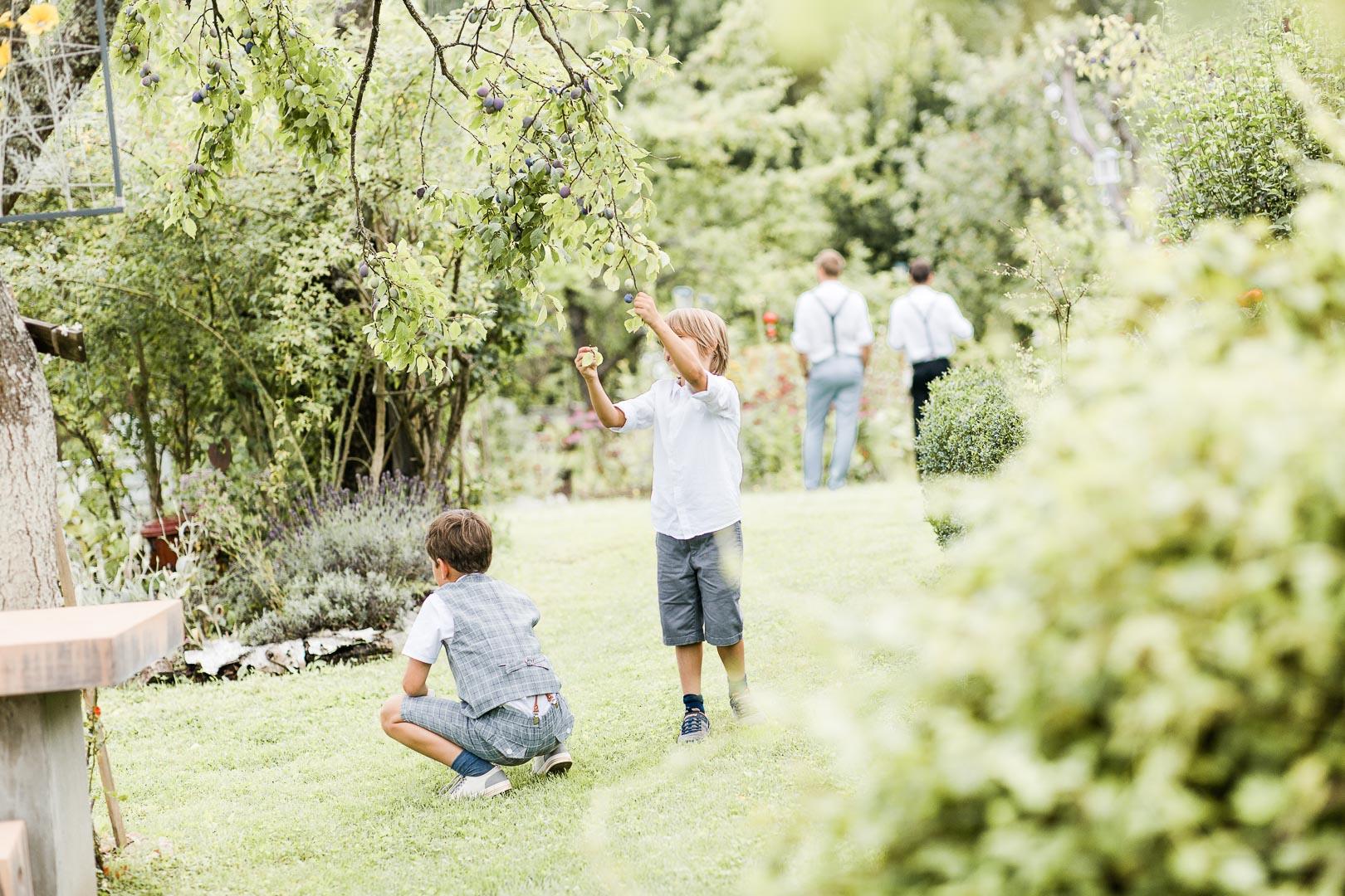 Jungen in Sommerkleidung unter einem Baum